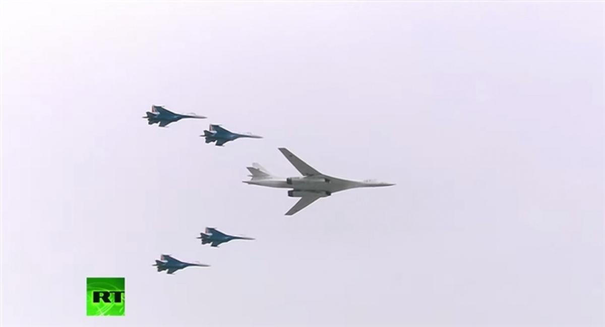 Đội hình oanh tạc cơ chiến lược Tu-160 và 4 tiêm kích Su-35S. Ảnh: RT.