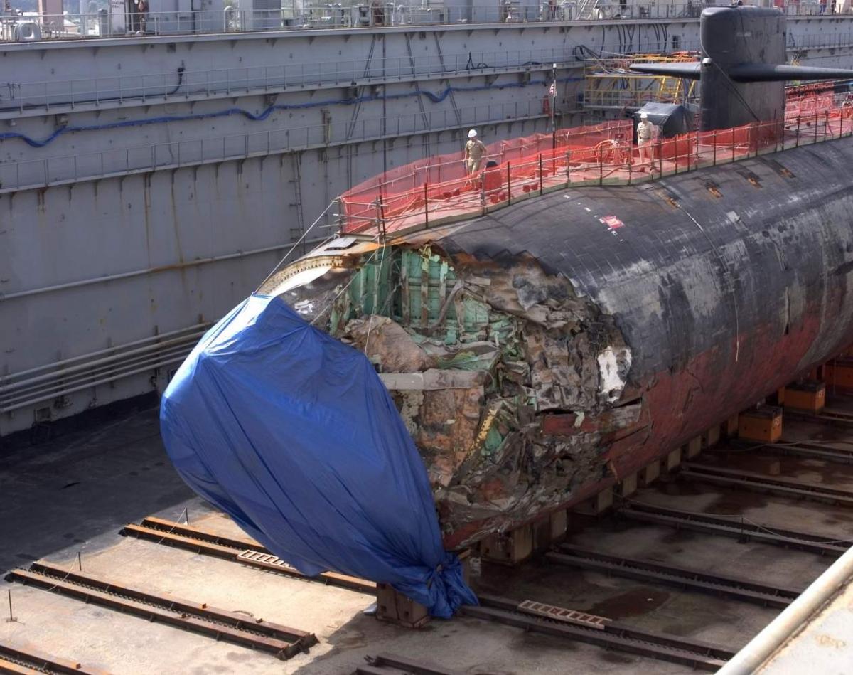 Phần mũi tàu bị bẹp rúm sau khi đâm phải núi ngầm. Ảnh: National Interest