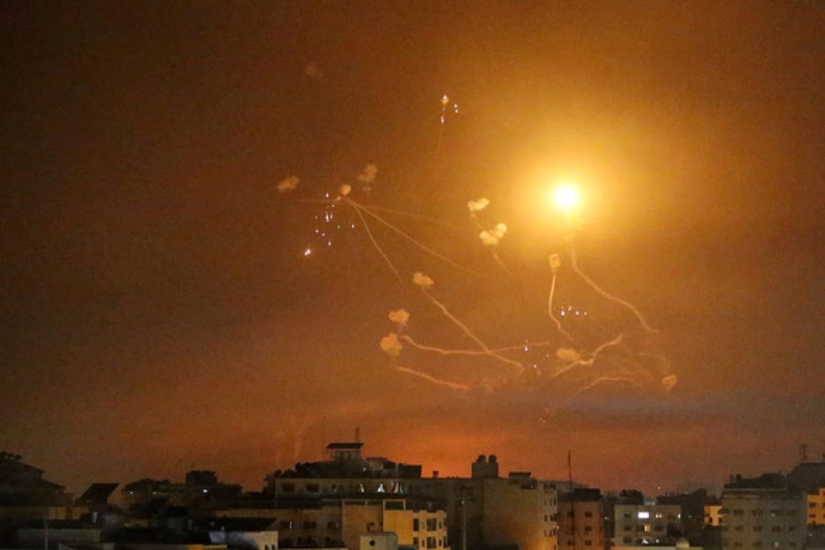 Ảnh: Khung cảnh hoang tàn sau hàng loạt cuộc không kích trả đũa của Israel ở dải Gaza - Ảnh 2.