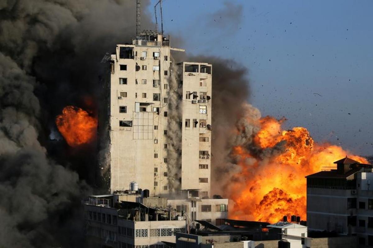 Tòa nhà cao tầng ở dải Gaza bị Israel tấn công ngày 12/5/2021. Ảnh: Reuters