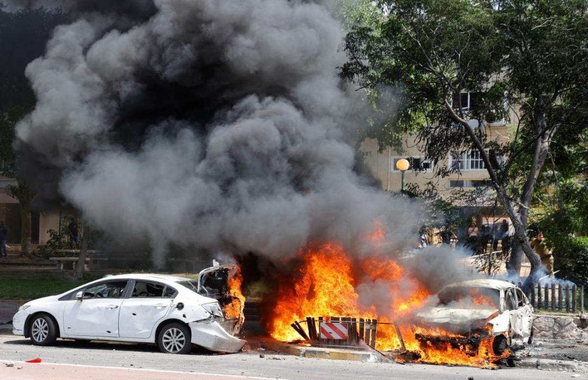 Ô tô bốc cháy sau khi một tên lửa phóng từ dải Gaza rơi xuống thành phố Ashkelon, miền Nam Israel. Ảnh: AFP.