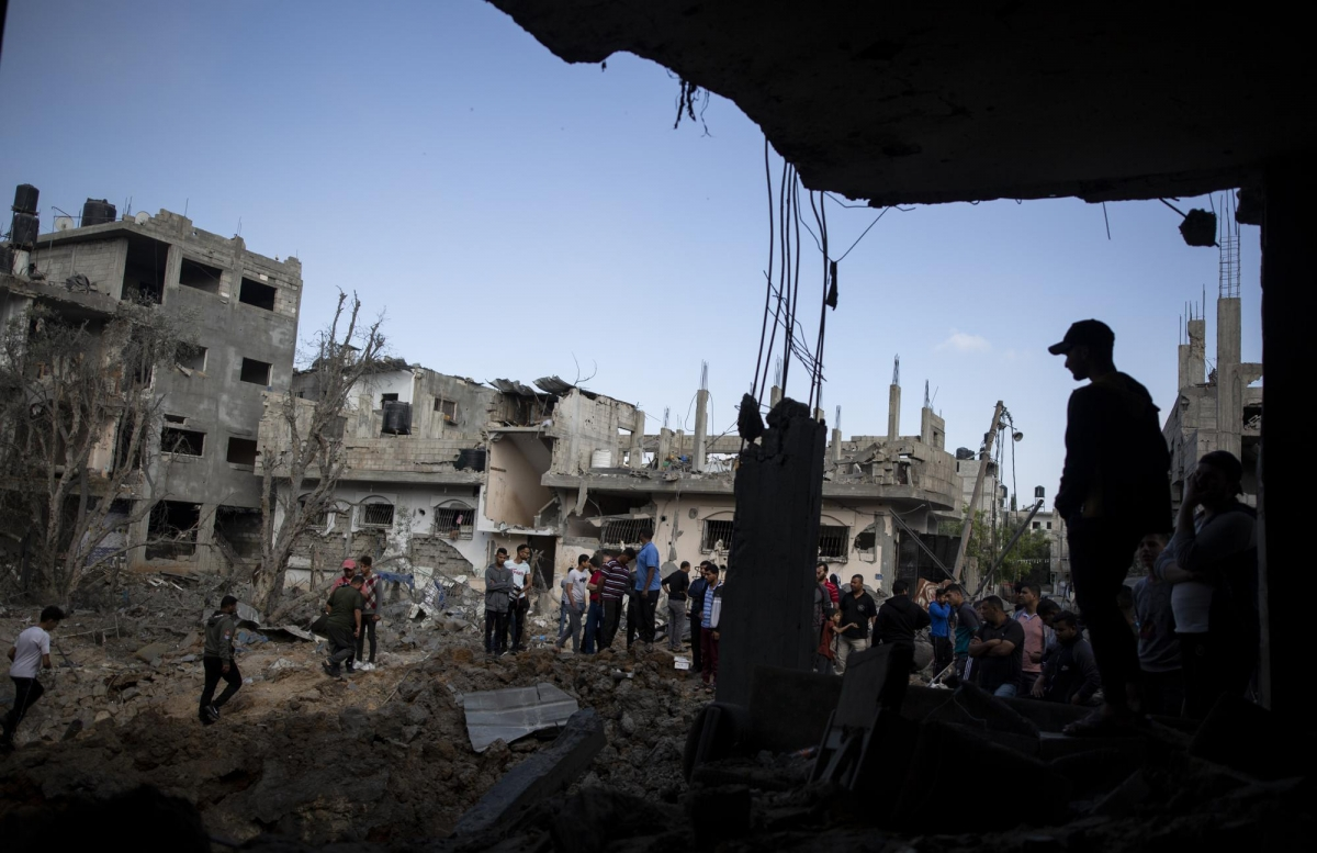 Người dân Palestine kiểm tra những ngôi nhà bị phá hủy sau các cuộc không kích trong đêm của Israel ở thị trấn Beit Hanoun, phía Bắc Dải Gaza ngày 14/5. Ảnh: Reuters