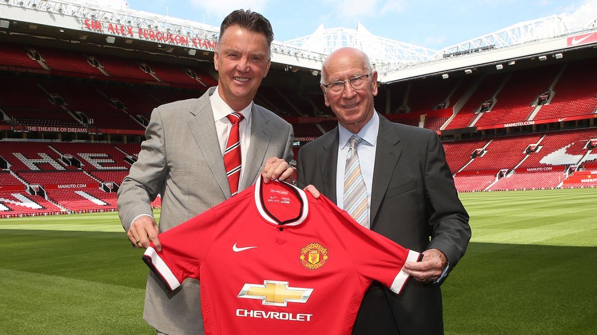 HLV Van Gaal chụp ảnh ra mắt MU bên cạnh huyền thoại của đội bóng - Bobby Charlton (Ảnh: Getty).