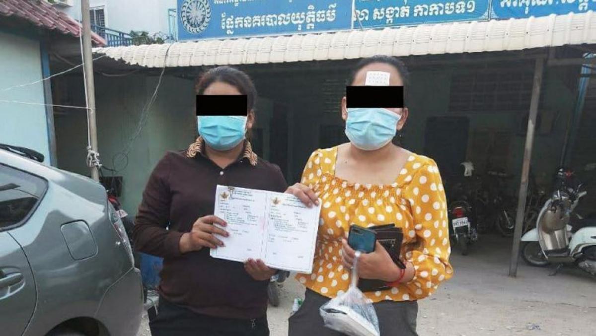 Hai đối tượng buôn bán giấy chứng nhận tiêm chủng vaccine Covid-19 giả. Ảnh: Công an Phnom Penh