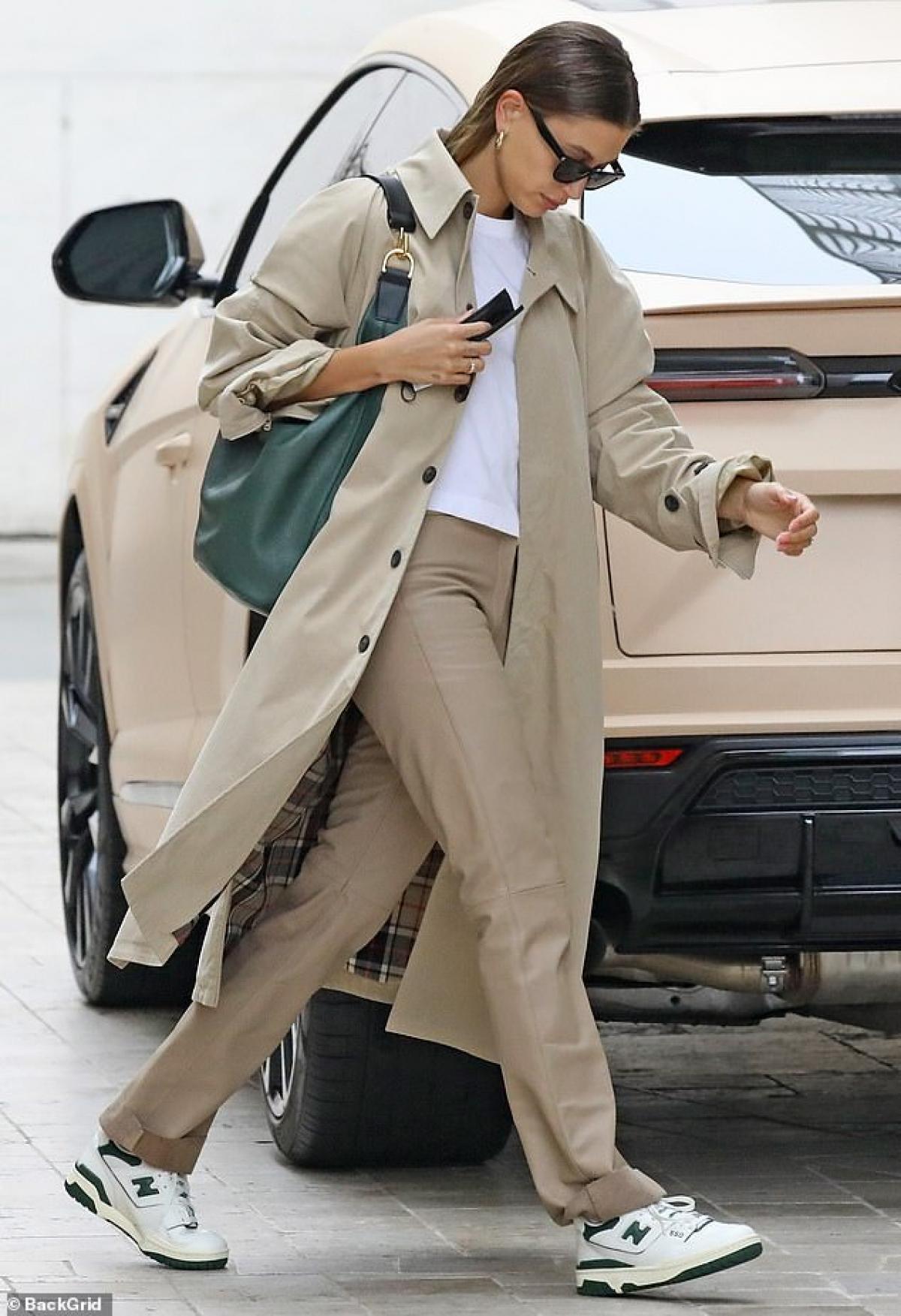 Hailey Baldwin một mình ra phố ở Los Angeles ngày 6/5, theo giờ địa phương.