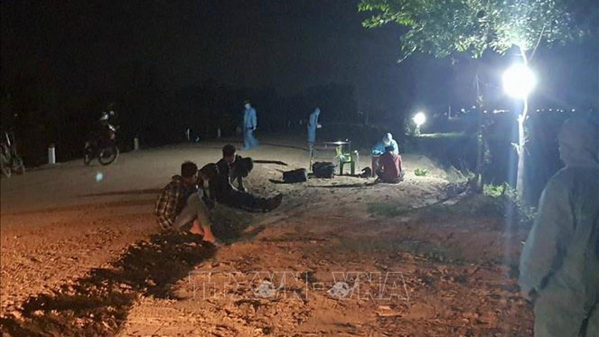 Các đối tượng nhập cảnh trái phép, bị lực lượng biên phòng Tây Ninh bắt giữ. Ảnh: TTXVN