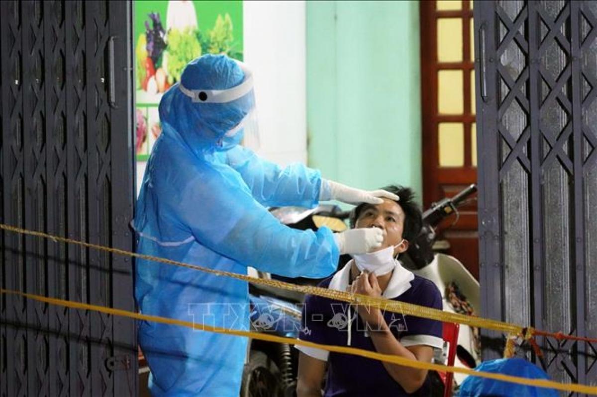 Ngay trong đêm 15/5 lực lượng y tế khẩn trương lấy mẫu xét nghiệm toàn bộ nhân khẩu thôn Phú Đa, xã Công Lý, huyện Lý Nhân. Ảnh: Đại Nghĩa/TTXVN