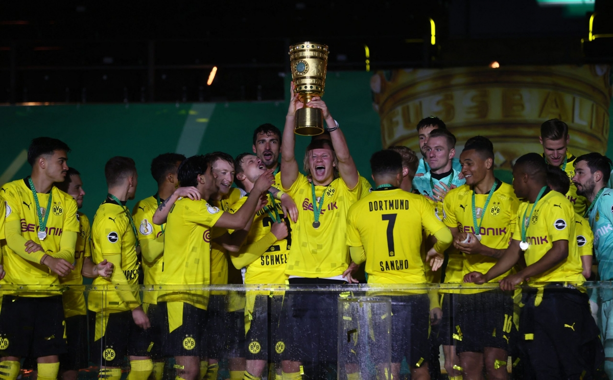 Haaland nâng cúp vô địch Cúp QG Đức cùng các đồng đội ở Dortmund. (Ảnh: DFB).