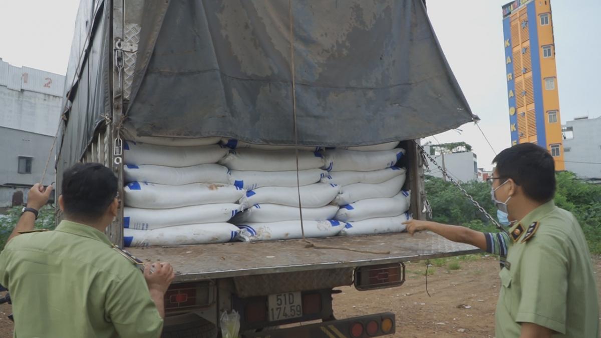 Gần 150 tấn đường cát trắng chứa trên nhiều xe tải nghi vấn hàng nhập lậu nên đã bị niêm phòng, tạm giữ để điều tra xử lý.