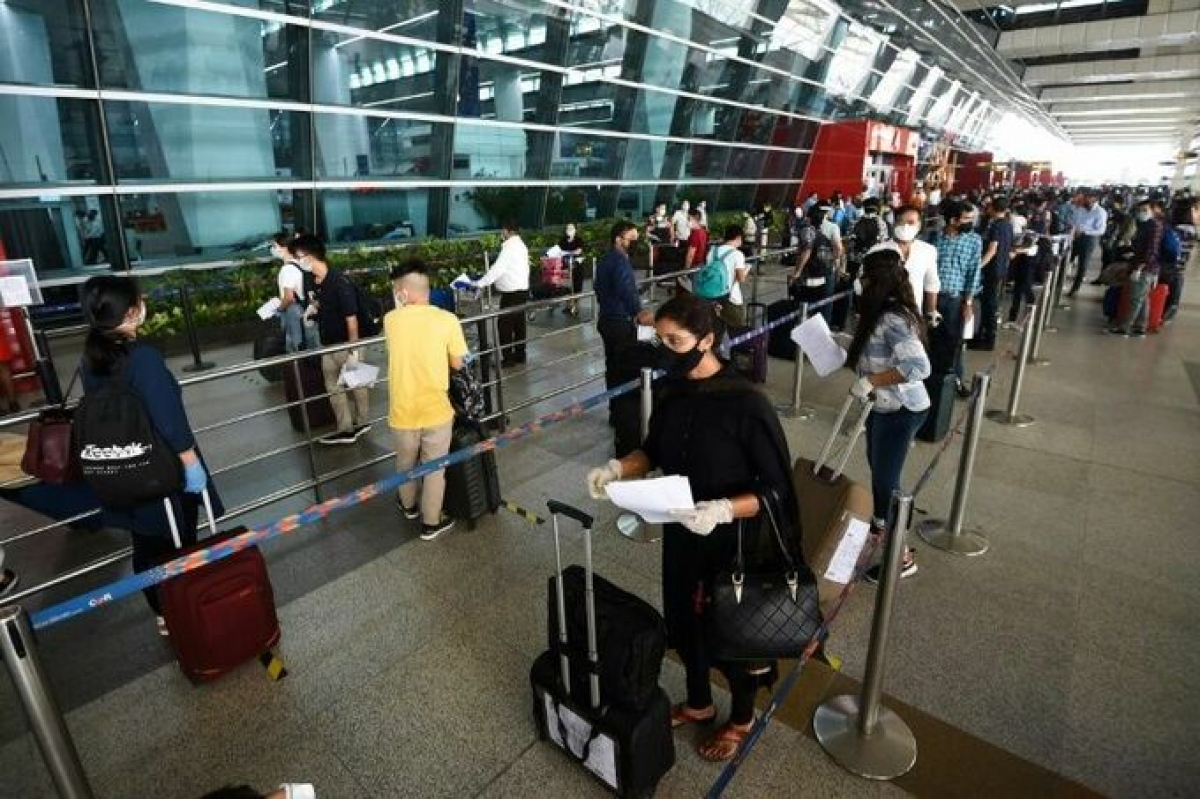 Hành khách xếp hàng ở sân bay New Delhi. Ảnh minh họa: AFP