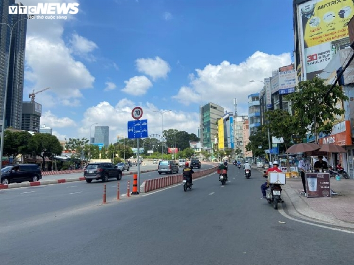 Frequently packed, Nguyen Huu Canh street is quieter than normal in the early morning.
