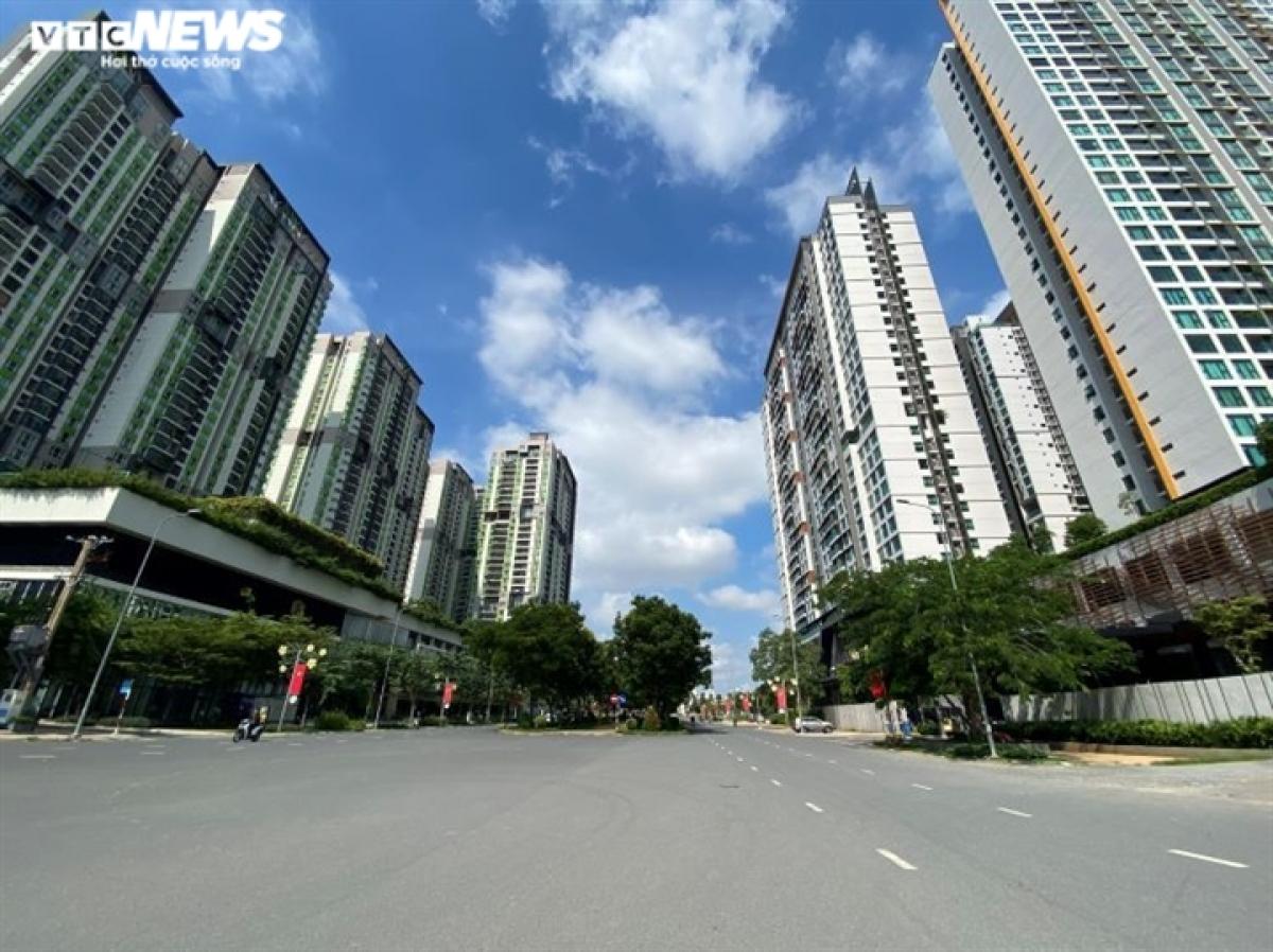 A similar sight can be seen on Phan Van Dang street in Thu Duc city.