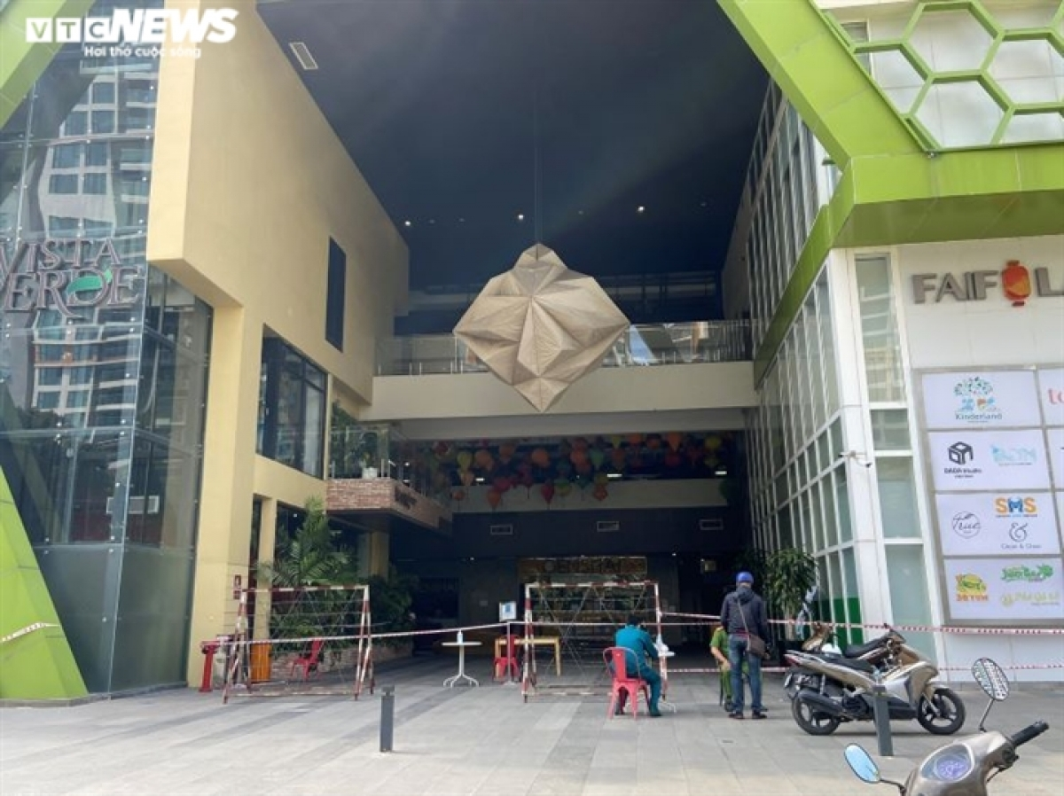 On-duty officials move to impose lockdown on a high-rise apartment building on Phan Van Dang street following the detection of a positive COVID-19 case.