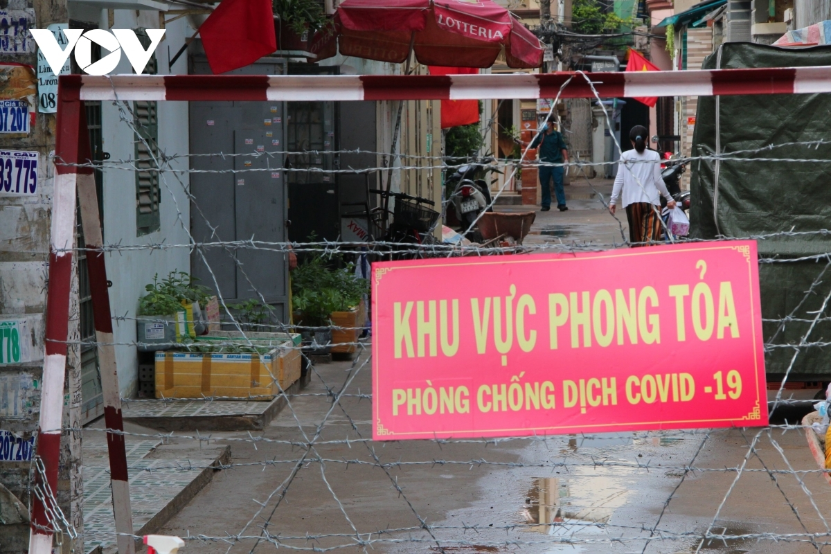 At a residential area in Go Vap district, hundreds of people have been banned from leaving their home for COVID-19 testing.