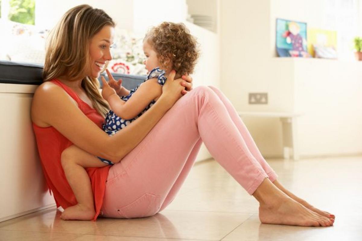 Trẻ từ 7 tháng đến một năm: Khi trẻ đạt đến 7 tháng tuổi, các dấu hiệu khiếm thính sẽ rõ rệt hơn nhiều và trẻ có thể gặp khó khăn trong việc tập nói hoặc giao tiếp. Trẻ bình thường ở độ tuổi này sẽ nhìn về phía âm thanh phát ra, lắng nghe ki có người nói, và có thể hiểu những từ đơn giản. Dần dà, trẻ sẽ bắt đầu tập nói đơn giản. Trẻ khiếm thính sẽ không có khả năng này.