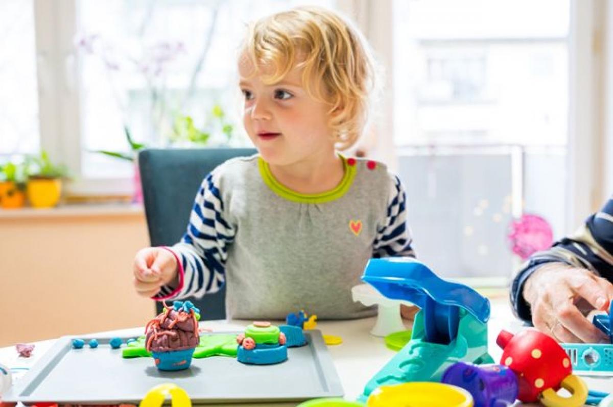 """Hạn chế giao tiếp: Khi tròn 1 năm tuổi, hầu hết trẻ đều có thể nói một số từ đơn giản như """"bố"""", """"mẹ"""", hay """"bà"""". Nếu trẻ không nhìn vào bạn khi bạn nói, đó có thể là dấu hiệu trẻ bị khiếm thính. Tùy vào mức độ khiếm thính, trẻ có thể có phản ứng với âm thanh này nhưng không phản ứng với âm thanh khác."""