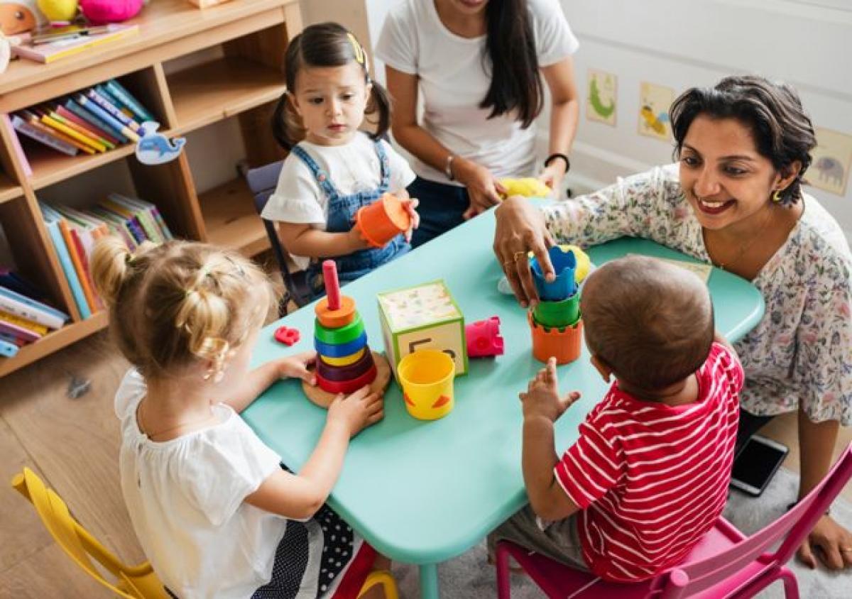 Phản ứng khi chơi: Bác sĩ hoặc người trông trẻ có thể làm một bài kiếm tra đơn giản để phát hiện khiếm thính ở trẻ. Khi trẻ đang bận chơi với một vật, bạn hãy thử đặt một vật chuyển động, phát ra âm thanh ngoài tầm mắt của trẻ. Nếu trẻ không chuyển sự chú ý sang đồ chơi mới này, đó là dấu hiệu của khiếm thính bẩm sinh.