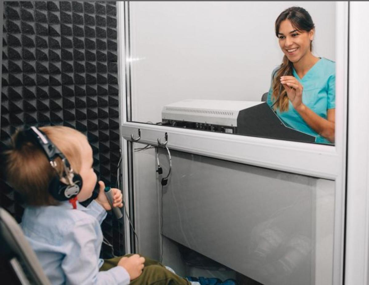 Xét nghiệm khiếm thính sớm: Sau sinh, hầu hết trẻ được khám sàng lọc khiếm thính tại bệnh viện. Tuy nhiên, không phải lúc nào lần kiểm tra này cũng phát hiện được triệu chứng khiếm thính ở trẻ. Khi trẻ đạt 3 tháng tuổi, bạn nên cho trẻ kiểm tra thính giác toàn diện./.