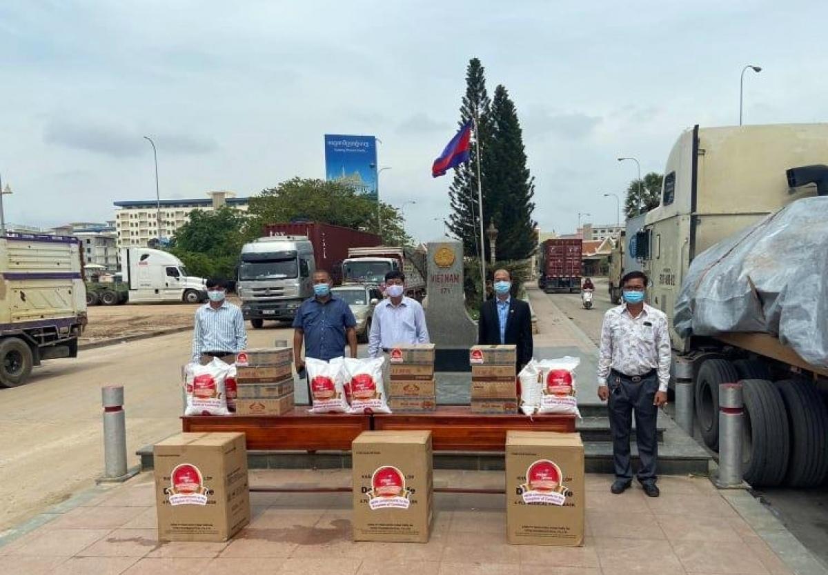Lễ bàn giao hàng hỗ trợ nhân đạo của Hãng hàng không Vietjet gửi tặng Quỹ Hỗ trợ Cộng đồng của Đại sứ quán Việt Nam tại Campuchia. (Ảnh: Tham tán Võ Tuấn Ngọc)