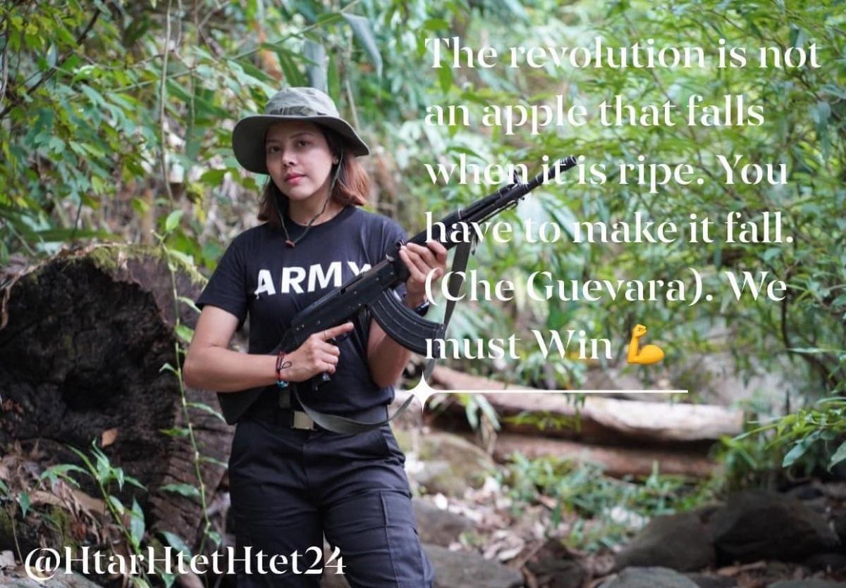 """Bức ảnh người đẹp Htar Htet Htet cầm tiểu liên AK-47, trên bức ảnh này có câu nói của nhà cách mạng Che Guevara - """"Cách mạng không phải là một trái táo tự rơi khi nó chín. Bạn phải làm cho nó rơi"""". Ảnh: Htar Htet Htet."""