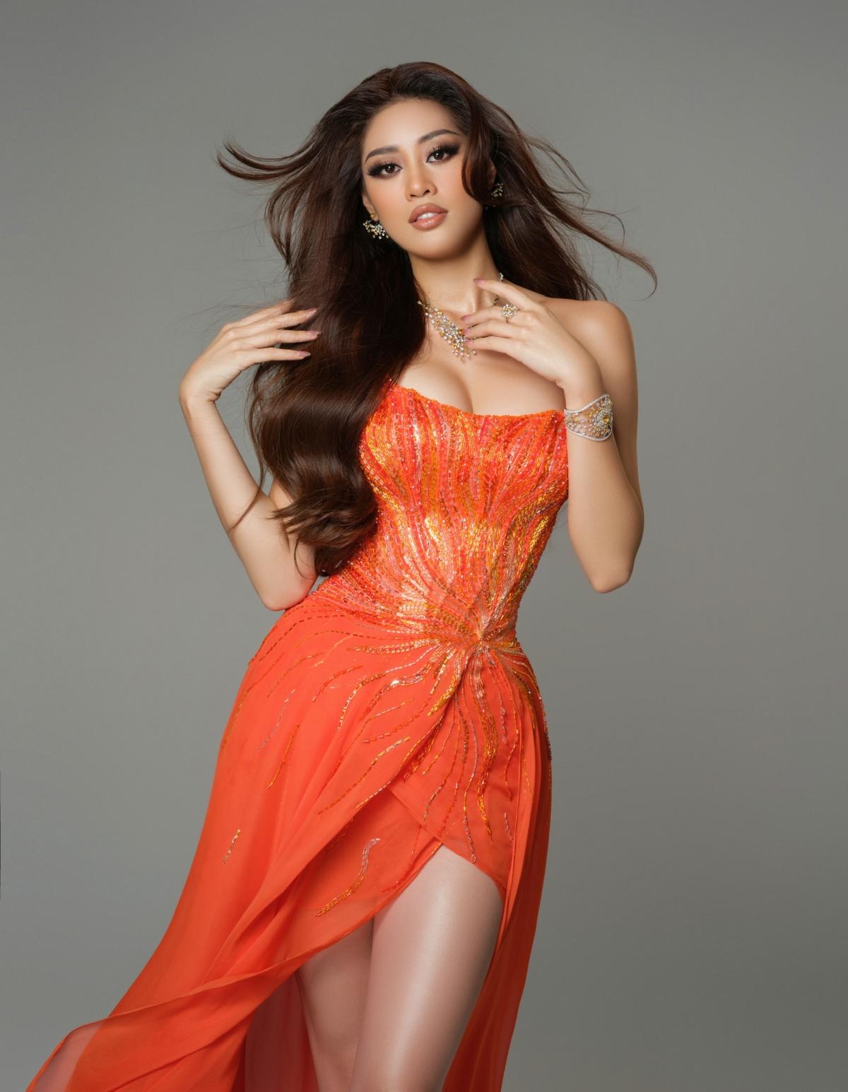 Được biết, đội ngũ chế tác gồm 20 người đã làm việc liên tục suốt 15 ngày đêm để hoàn thành xong bộ trang sức đặc biệt dành riêng cho phần trình diễn dạ hội của Hoa hậu Khánh Vân.