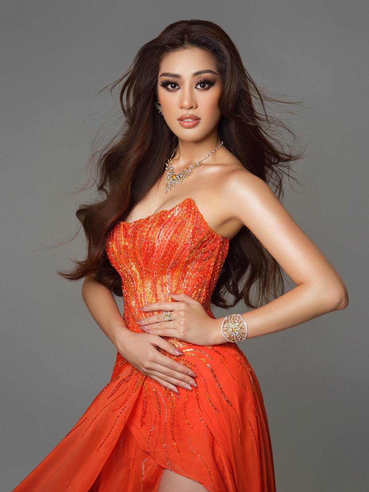 Đến với Miss Universe, Khánh Vân và ekip muốn truyền tải năng lượng ấy vào chiếc đầm dạ hội trình diễn trong đêm bán kết: Mang vẻ đẹp của mặt trời rạng rỡ và bầu trời tươi sáng, đem theo hy vọng, bình minh, ánh nắng.