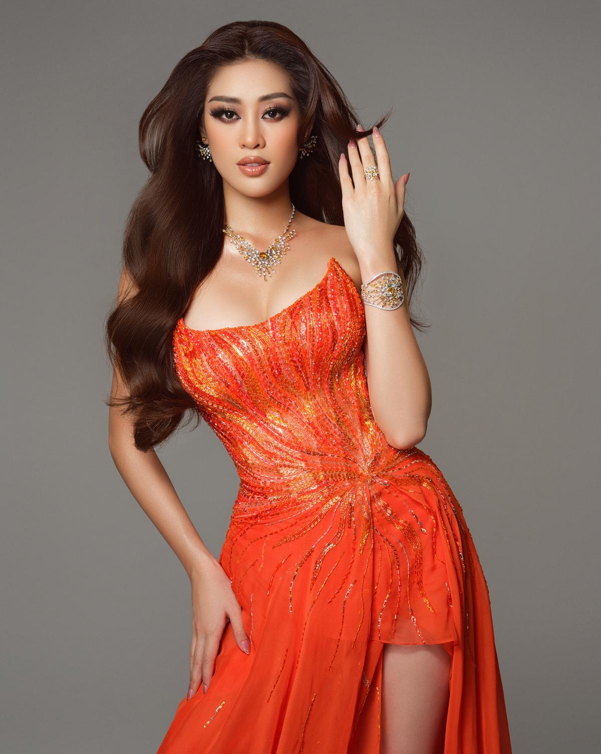 Bên cạnh đó, với gam màu cam nổi bật, Khánh Vân khéo lồng ghép thông điệp ý nghĩa về gia đình và cộng đồng.