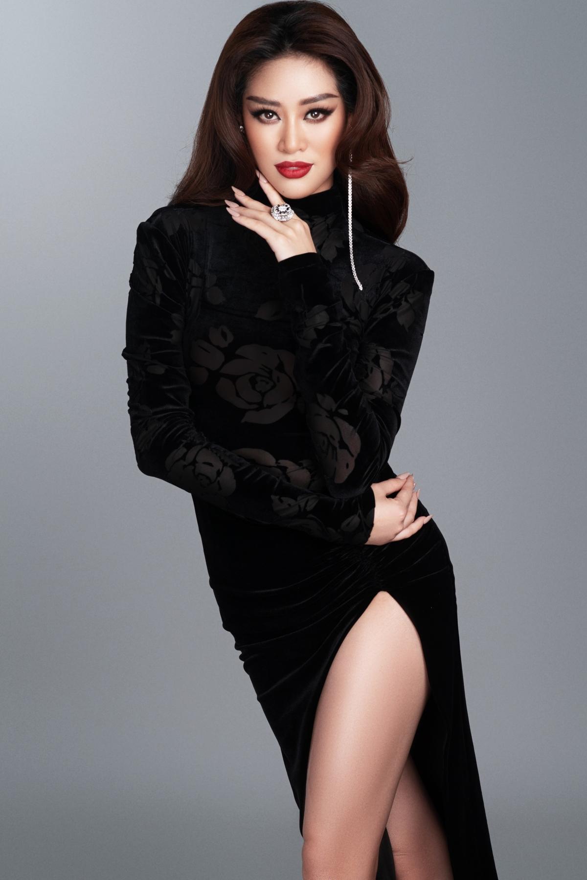 Trước thềm diễn ra bán kết, Khánh Vân hé lộ bộ ảnh trong trang phục dạ hội, được cô thực hiện tại Việt Nam. Mỗi bộ trang phục đều mang ý nghĩa, quảng bá nét đẹp văn hoá, con người Việt Nam.