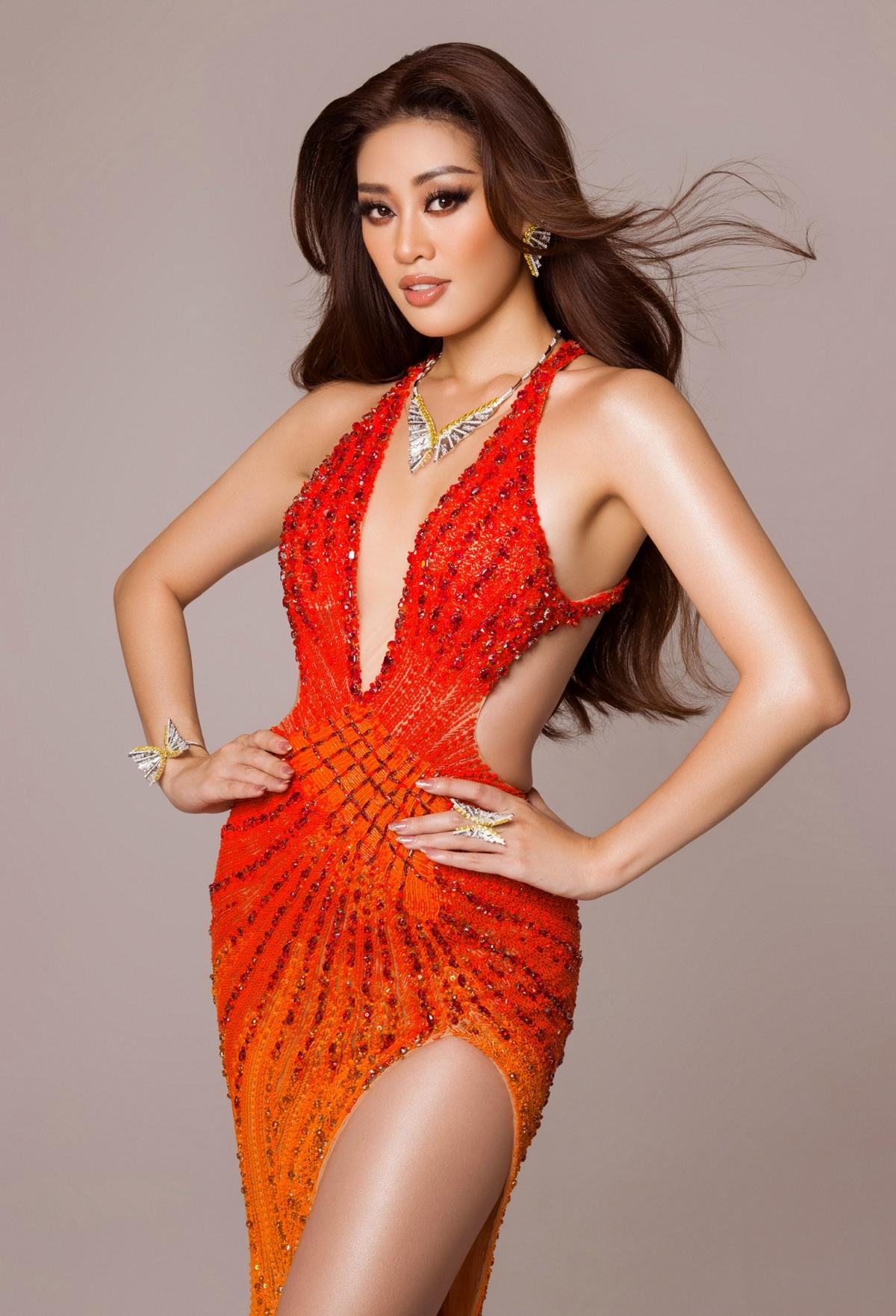 Không chỉ riêng trang phục dạ hội, Hoa hậu Khánh Vân còn dành cho đêm chung kết một sự kết hợp đặc biệt cùng bộ trang sức đá quý, mang tên Dream - Wings - Chắp cánh cho những ước mơ.