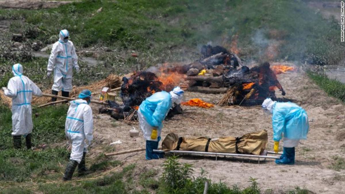 Các nhân viên nhà tang lễ chuẩn bị hỏa táng những người tử vong vì Covid-19 gần ngôi đến Pashupatinath ở Kathmandu ngày 3/5/2021. Ảnh: AP