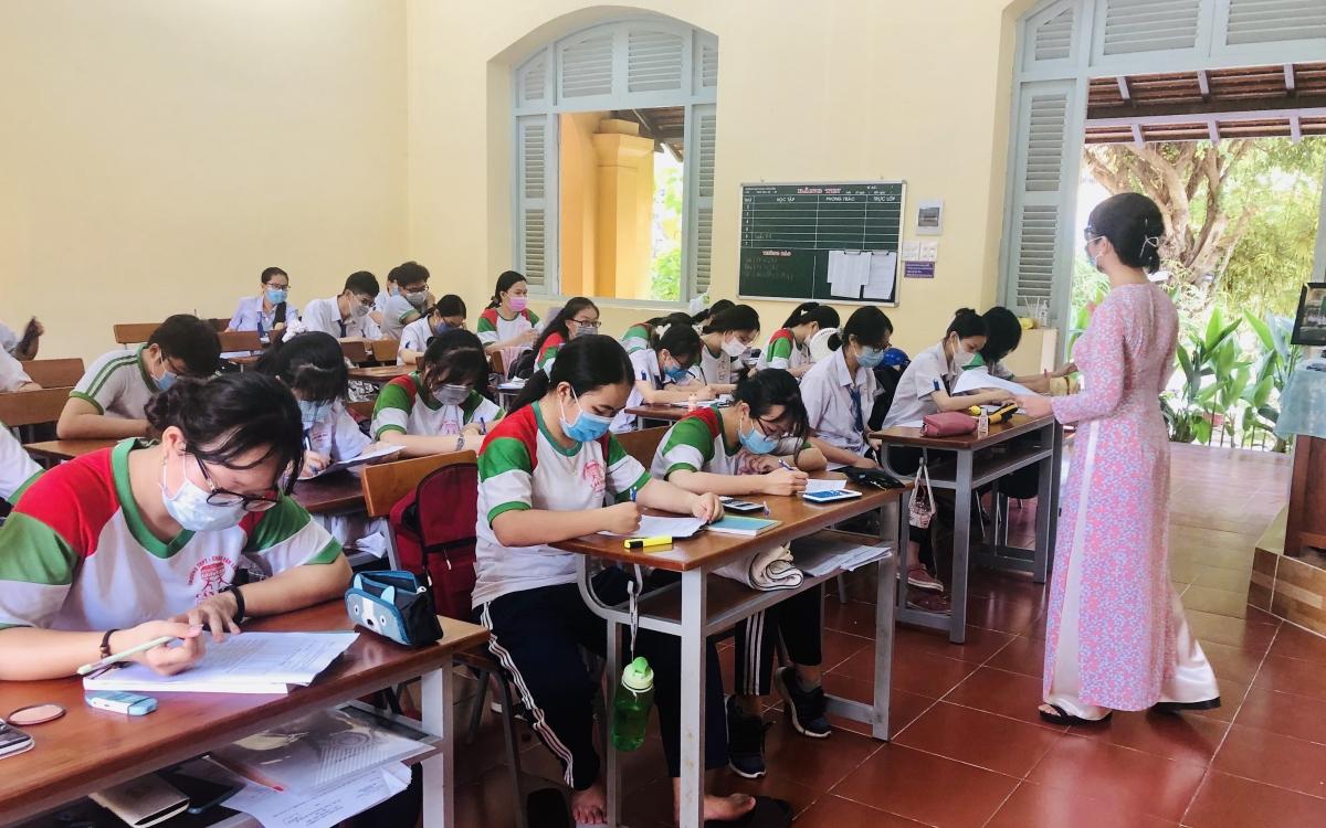 Học sinh lớp 9 và lớp 12 tại Cần Thơ vừa học trực tiếp vừa đảm bảo phòng chống dịch Covid-19.