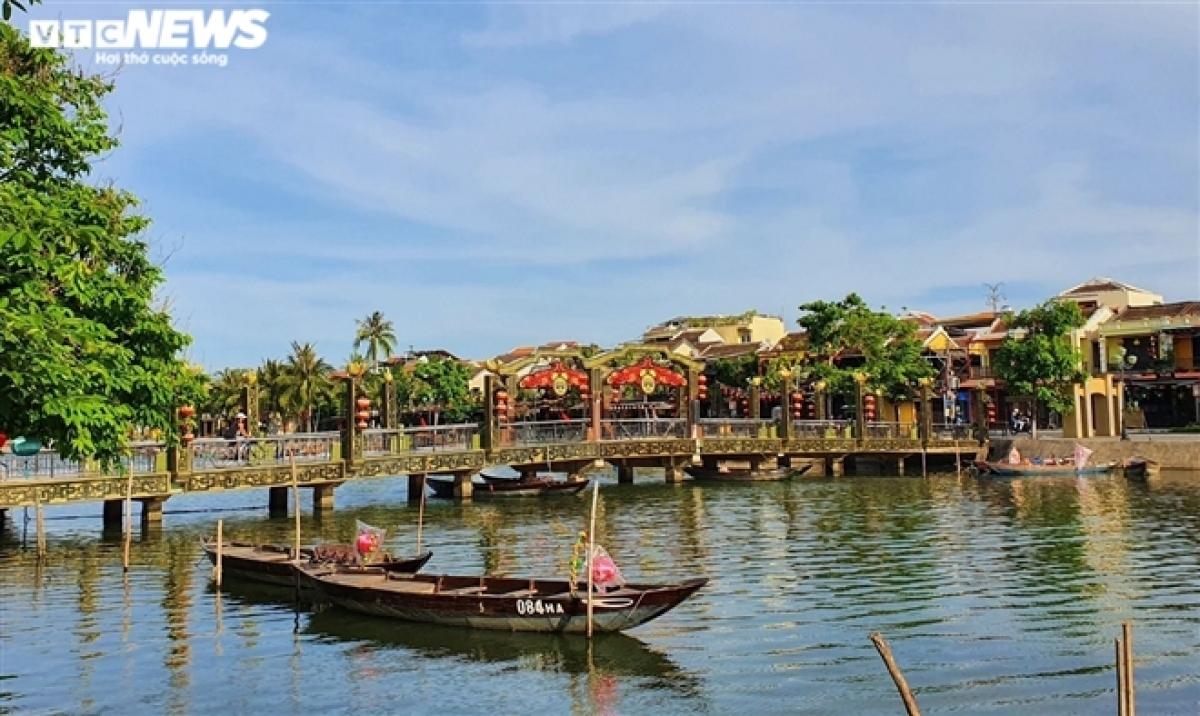 Cầu An Hội nối đôi bờ sông Hoài, nằm ngay trung tâm phố cổ, vốn thu hút rất đông du khách dạo bước nhưng bây giờ vắng hoe bóng người.