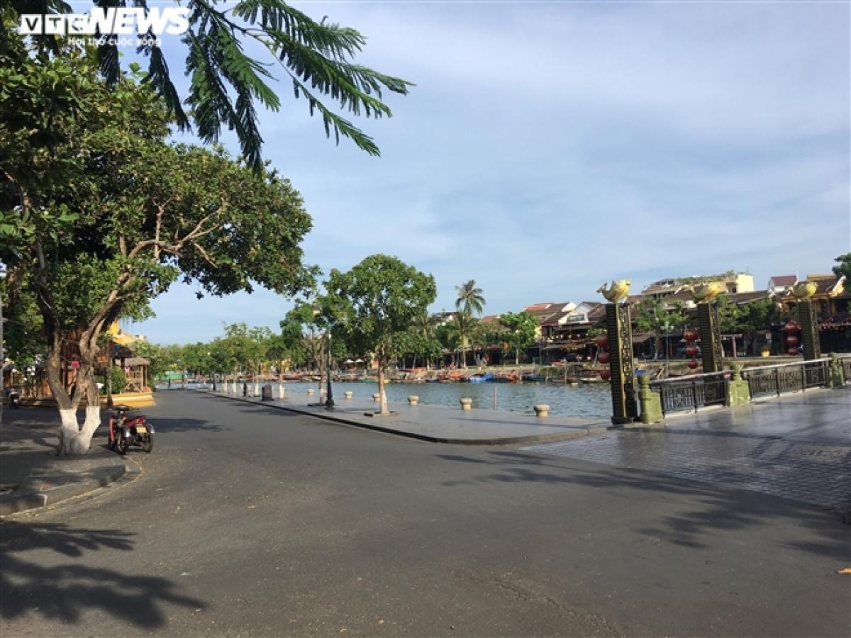 Khu vực giao nhau giữa 3 tuyến đường chính trong khu phố cổ: Bạch Đằng, Nguyễn Thái Học, Châu Thượng Văn là nơi tụ tập du khách đông đúc nhất nhưng từ khi dịch Covid-19 tái bùng phát, khung cảnh nơi đây vắng lặng như tờ.