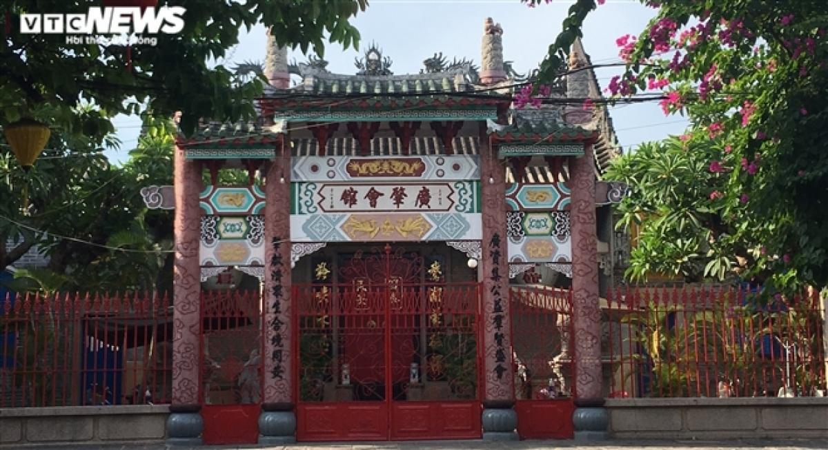 Hội quán Quảng Đông - một địa điểm tham quan trên đường Trần Phú, cũng đóng cửa im lìm.