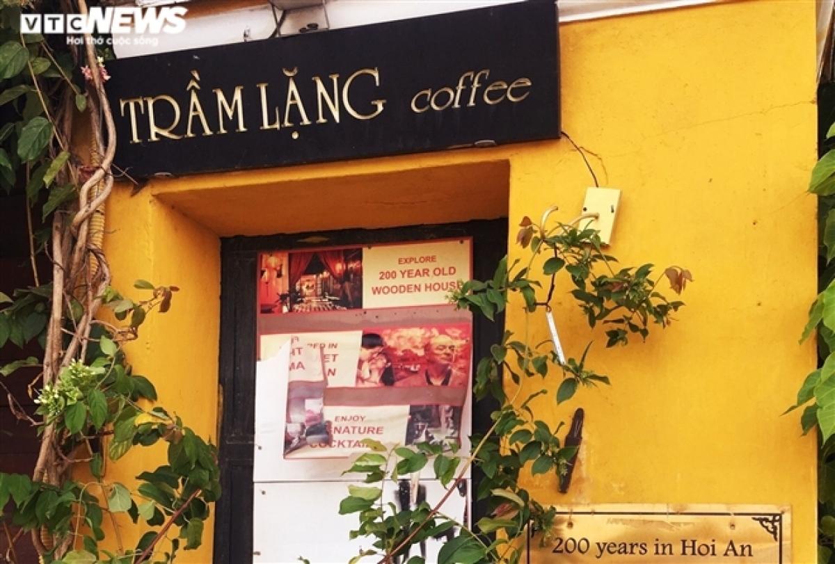 Ngoài các điểm tham quan, phần lớn các quầy lưu niệm, quán cà phê, nhà hàng trong khu phố cổ cũng đóng cửa, tạm ngừng kinh doanh.
