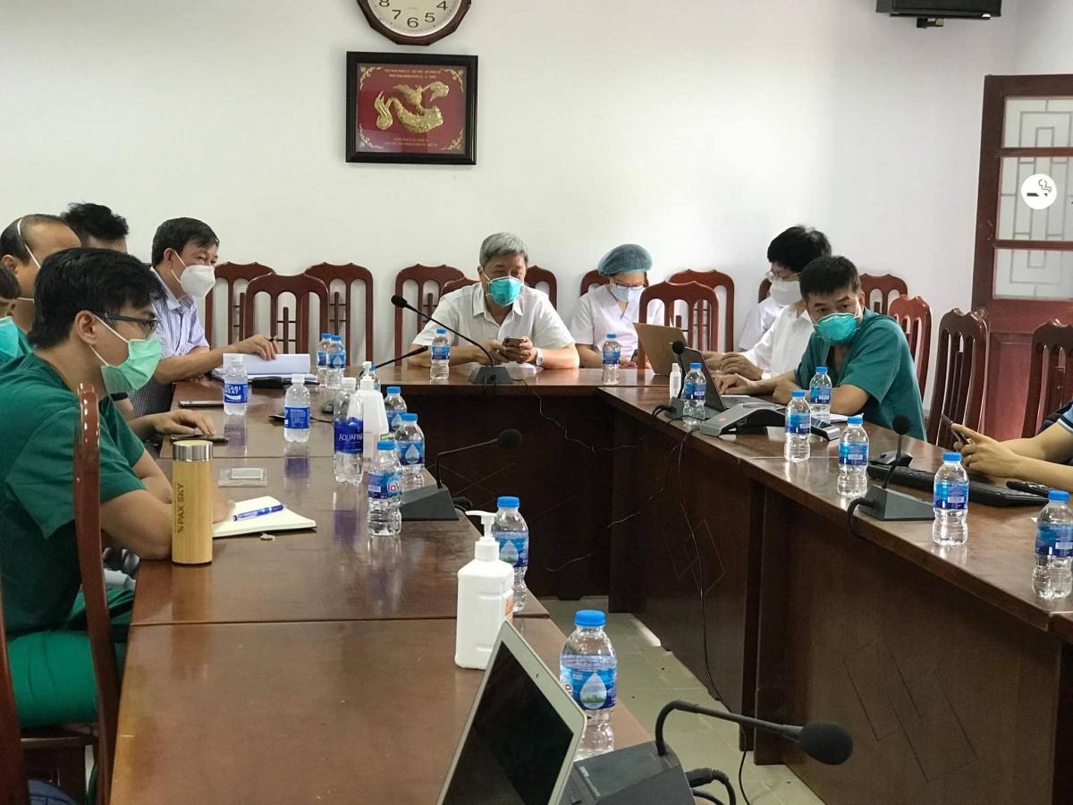 Thứ trưởng Nguyễn Trường Sơn tham gia buổi hội chẩn cùng các y bác sĩ tại Bệnh viện Phổi Bắc Giang. (Ảnh: Ngọc Mai)
