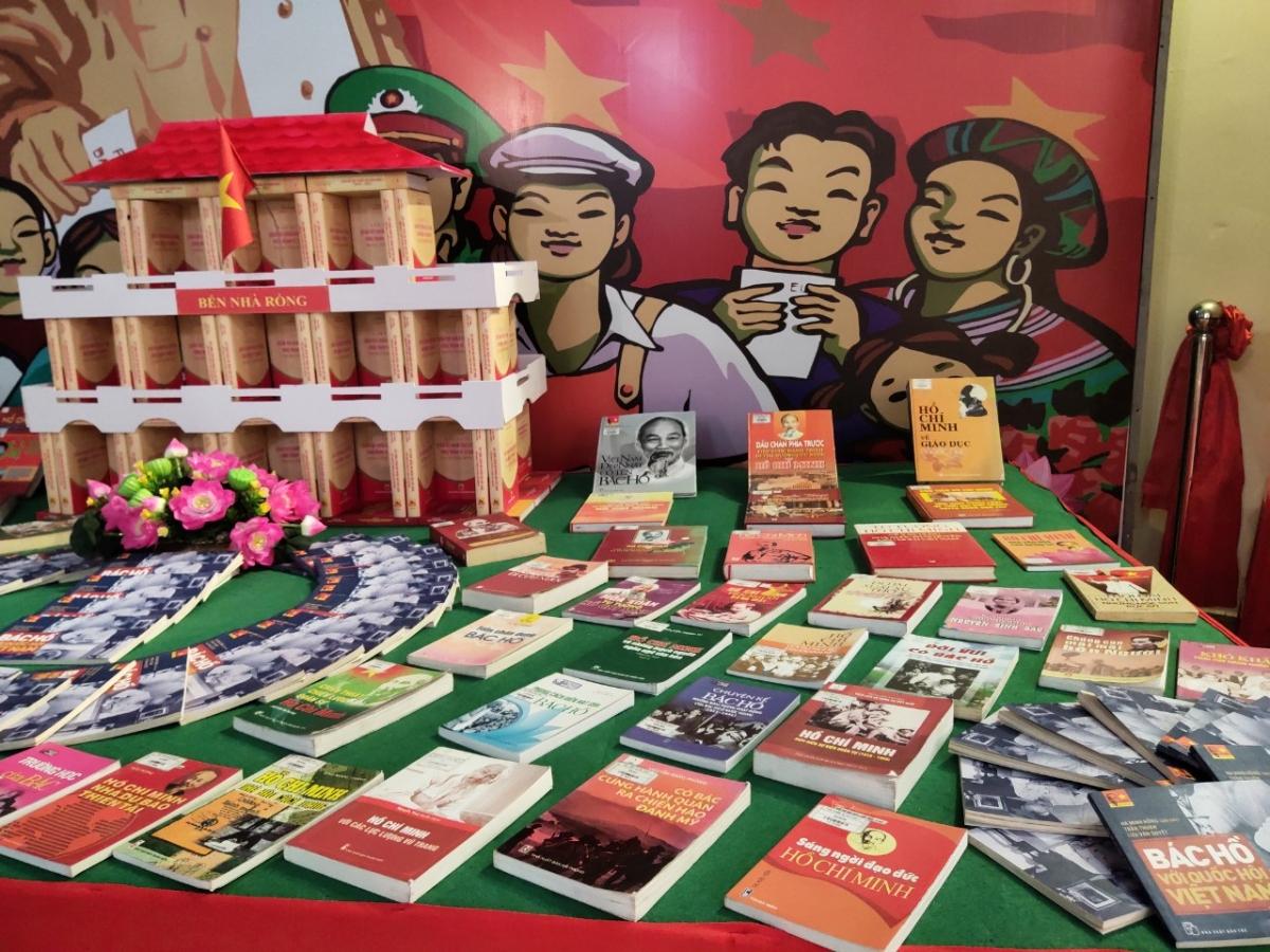 Hơn 800 đầu sách về chủ đề Quốc hội Việt Nam tại triển lãm.