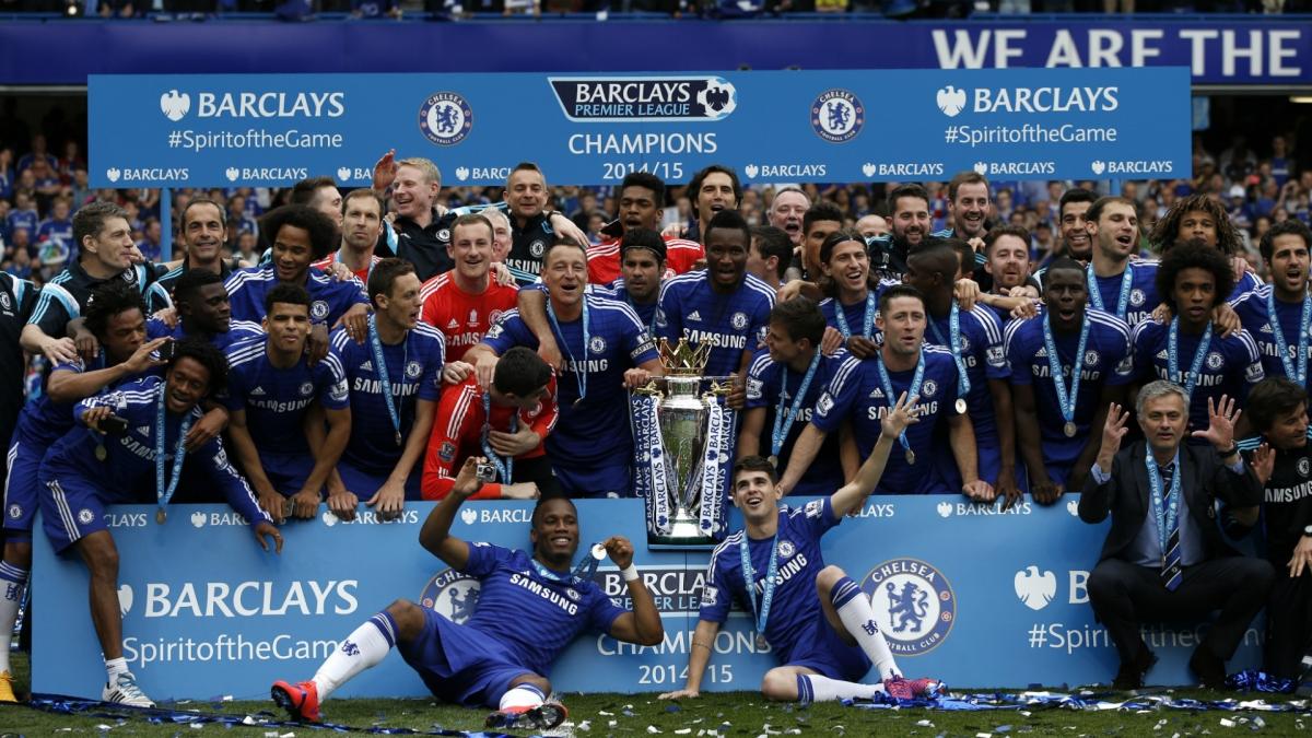 HLV Mourinho ăn mừng chức vô địch Ngoại hạng Anh 2014/2015 cùng các cầu thủ Chelsea. (Ảnh: Getty).
