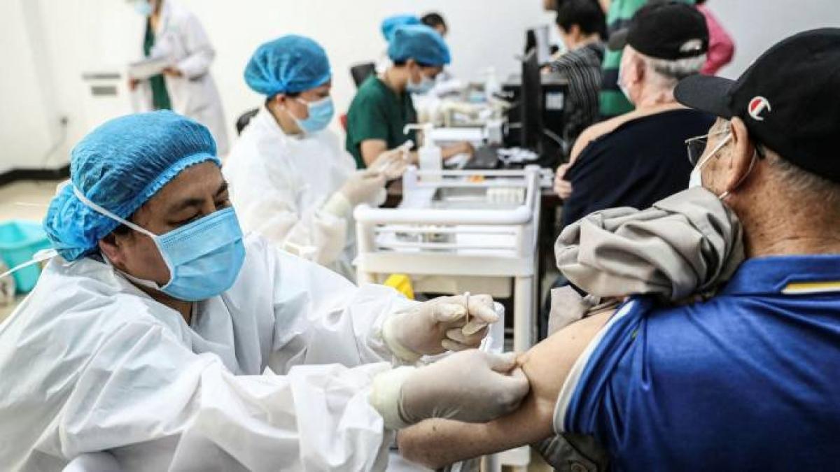Một người ông được tiêm vaccine Covid-19 ở Thẩm Dương, Trung Quốc. Ảnh: AFP