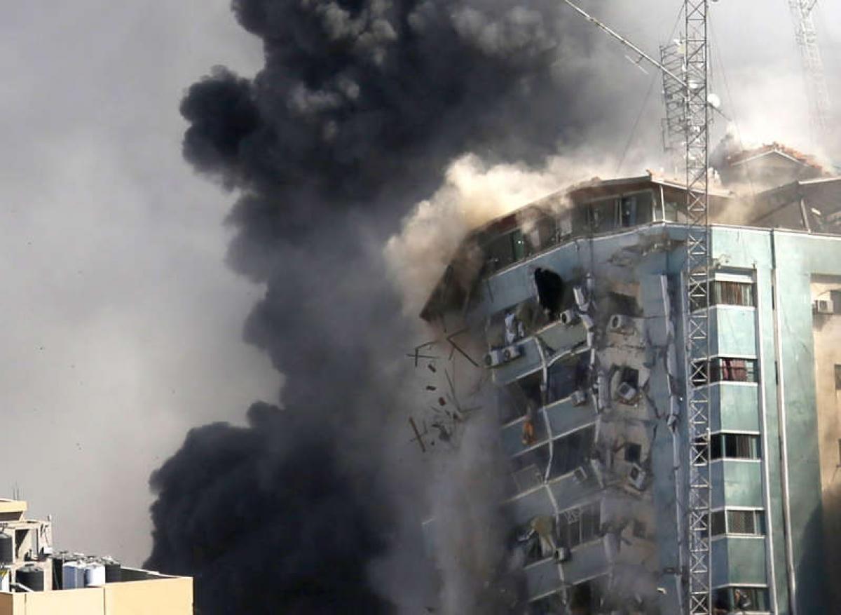 Tòa nhà là văn phòng của AP và các hãng truyền thông khác tại thành phố Gaza đổ sập sau một cuộc không kích của Israel ngày 15/5. Ảnh: AP