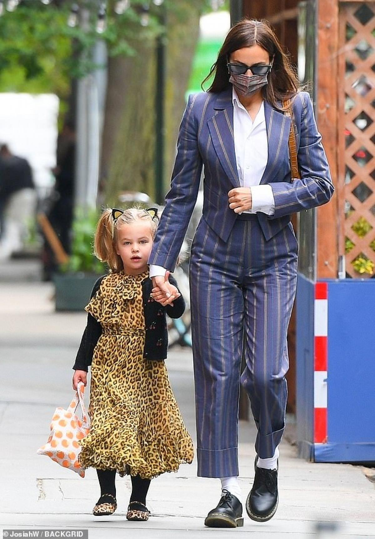 Irina Shayk và Bradley Cooper bị cánh săn ảnh bắt gặp khi đang đưa con gái Lea đến trường ở New York hôm 3/5.