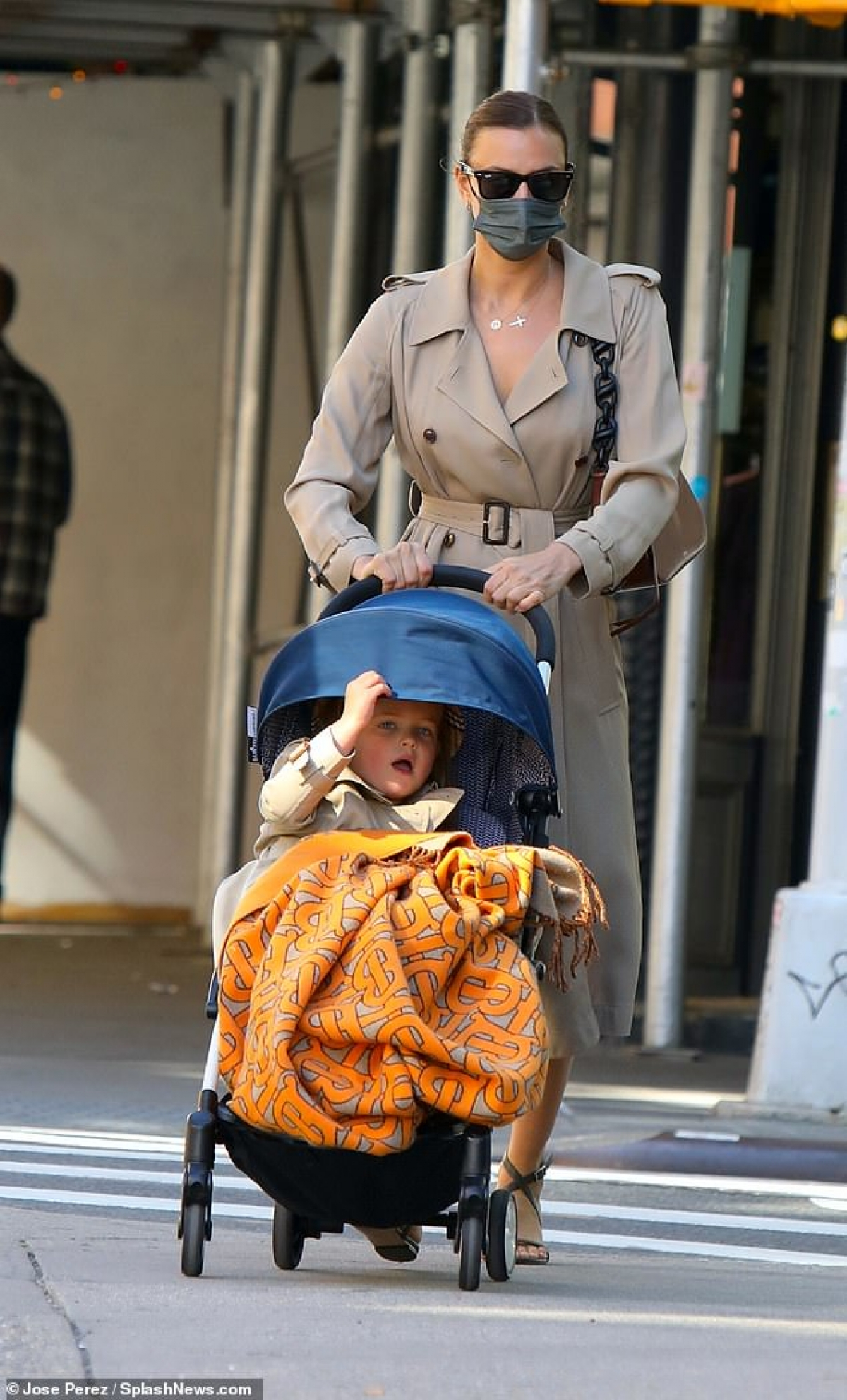 Sau đó, cô bé được mẹ cho ngồi xe đẩy ra phố.