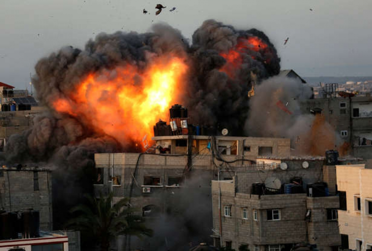Một tòa nhà bốc cháy ở Rimal, thành phố Gaza ngày 16/5/2021 trong đợt dội bom dữ dội của Israel ở khu vực do lực lượng Hamas kiểm soát. Ảnh: AFP