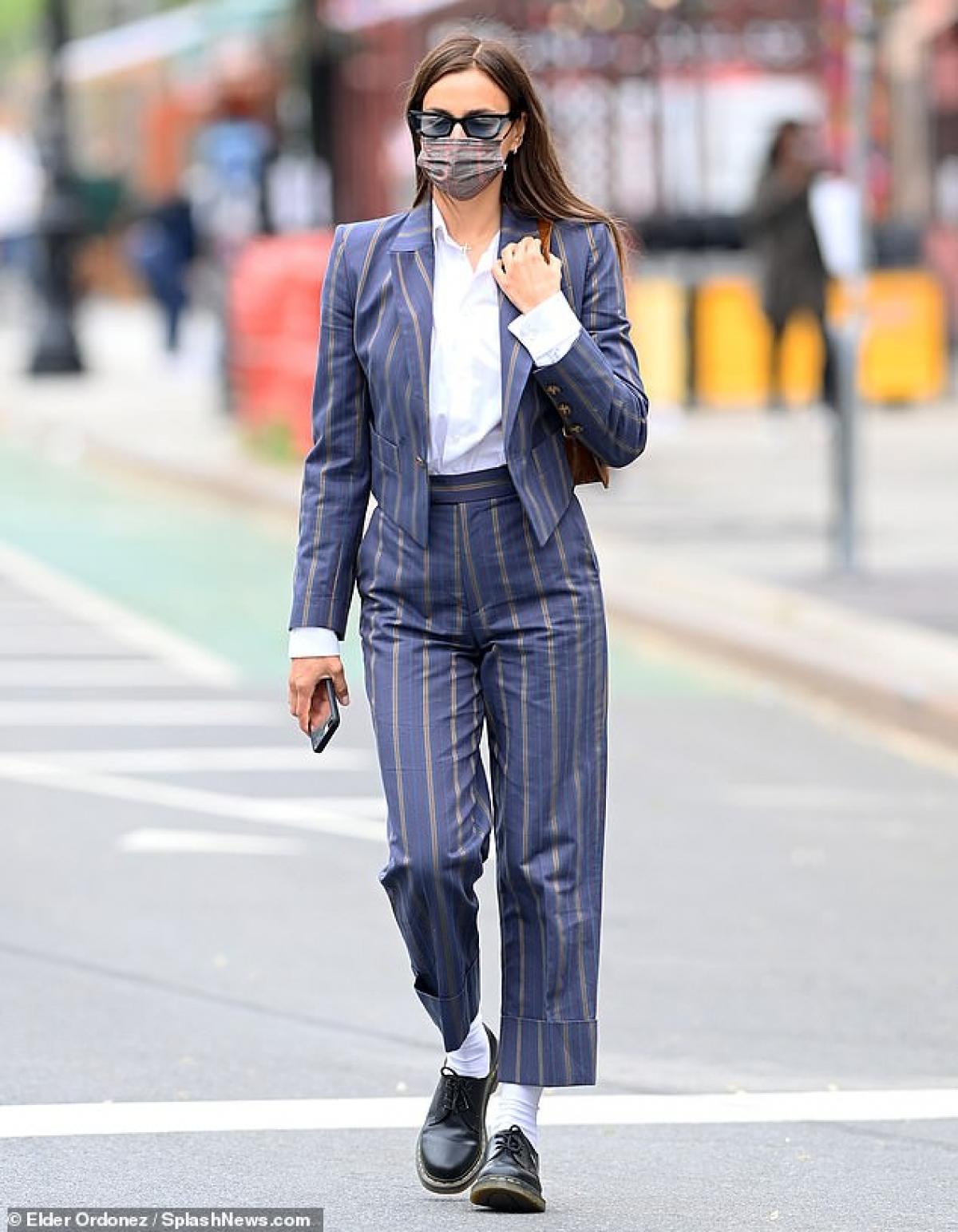 Người đẹp buông tóc xõa, đeo khẩu trang cẩn thận ra phố trong thời điểm dịch bệnh.