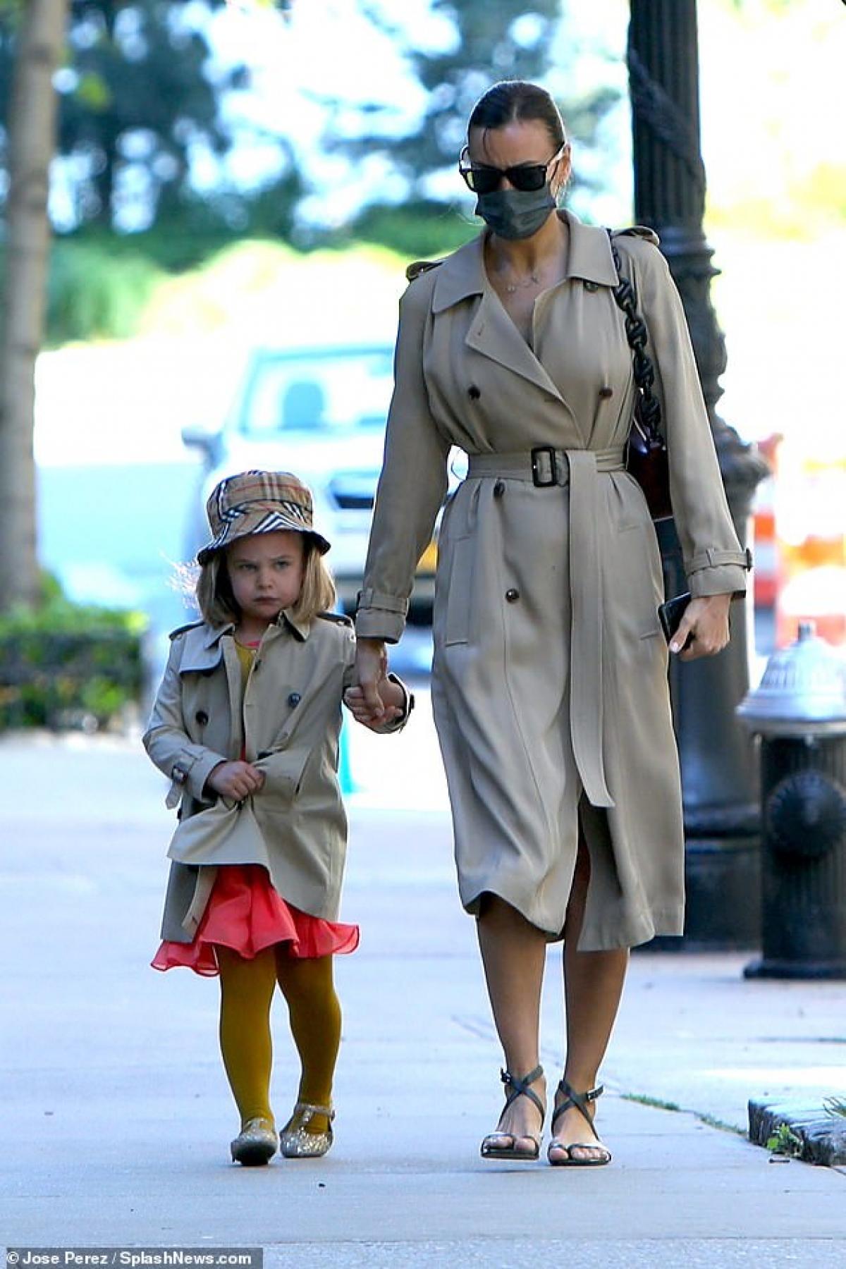 Irina Shayk bị cánh săn ảnh bắt gặp khi đang đưa con gái Lea đi dạo phố ở New York. Hai mẹ con diện áo khoác đôi gây ấn tượng.