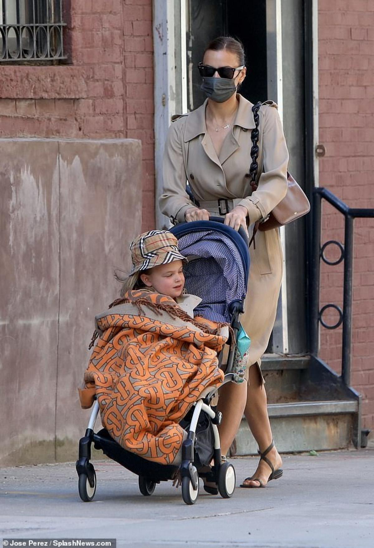 Irina Shayk gần đây liên tục vướng tin đồn tái hợp tình cũ Bradley Cooper khi cả hai nhiều lần bị bắt gặp đi chơi cùng nhau, thậm chí thể hiện tình cảm trên phố.