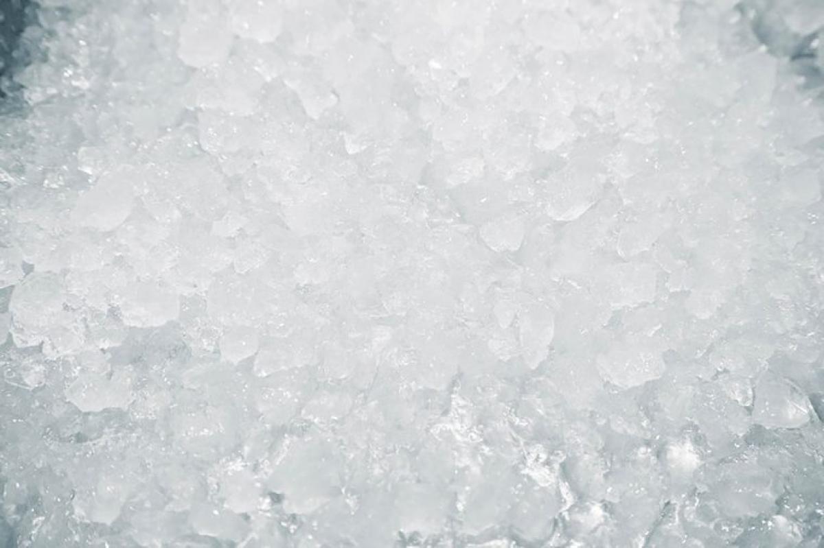 Dấu hiệu của bệnh lý nghiêm trọng: Việc ăn đá lạnh nghe có vẻ vô hại, nhưng nếu nó trở thành một thói quen mà bạn làm trong vô thức, đó có thể là một dạng của hội chứng pica. Pica là chứng rối loạn khiến bạn thèm ăn những thứ không phải thức ăn, như tóc, keo, đá lạnh, bụi, hay những thứ tệ hơn thế nữa.