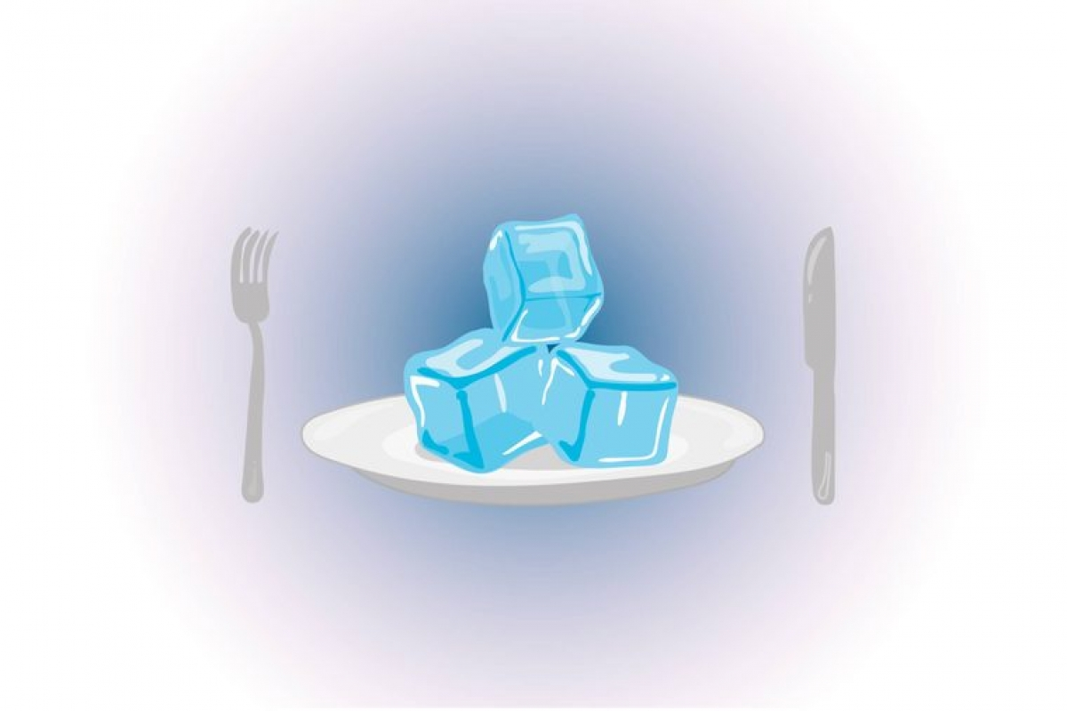 """Có thể là dấu hiệu rối loạn ăn uống: Một số người khi cố gắng ăn kiêng sẽ chọn nhai đá lạnh để đỡ """"buồn miệng"""". Việc này có thể khiến bạn mất đi lượng dưỡng chất và calo cần thiết, và có thể là dấu hiệu của vấn đề nghiêm trọng hơn."""