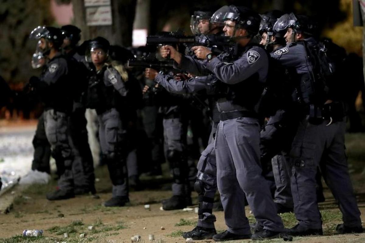 Cảnh sát chống bạo động Israel đối phó người dân Palestine tại nhà thờ Al-Aqsa.