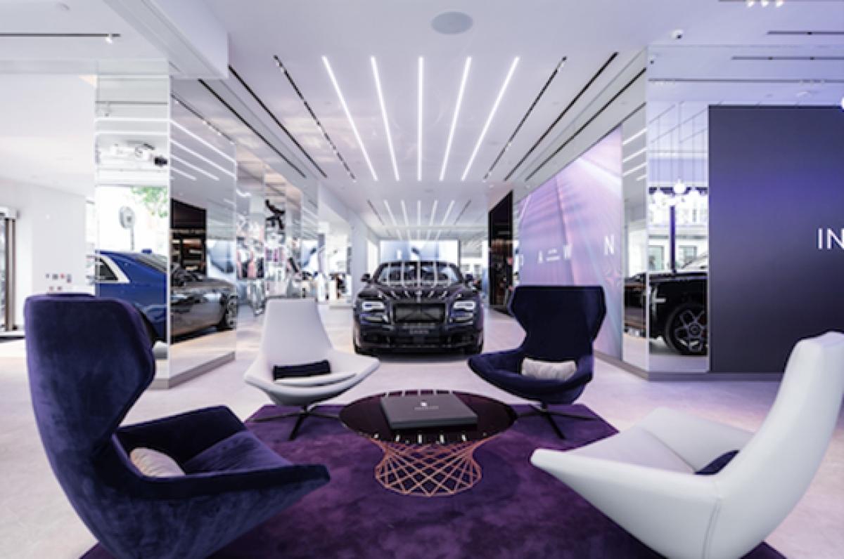 Không gian trưng bày sang trọng bên trong Showroom của Roll-Royce.